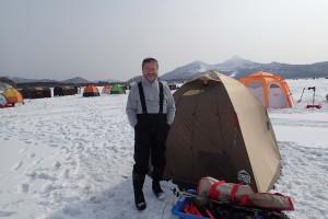 テント前で