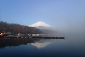 朝靄の湖面